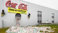 Greenpeace hat Dienstagvormittag im Coca-Cola-Abfallwerk im burgenländischen Edelstal gegen den Einsatz von Wegwerfplastik protestiert. (Bild: APA/GREENPEACE/MITJA KOBAL)