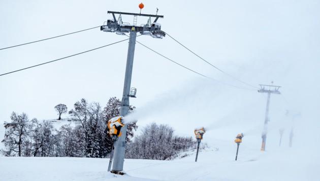Wenn es kalt ist, pulvern Schneekanonen aus vollem Rohr (Bild: EXPA Pictures)