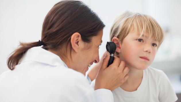 Bestätigt der Arzt bei Kindern ab zwei Jahren leichte bis mittelschwere Ohrentzündung, nicht gleich antibiotisch eingreifen. (Bild: WavebreakmediaMicro/stock.adobe.com)