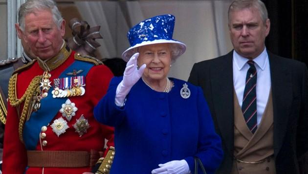 Prinz Charles und Prinz Andrew mit Queen Elizabeth