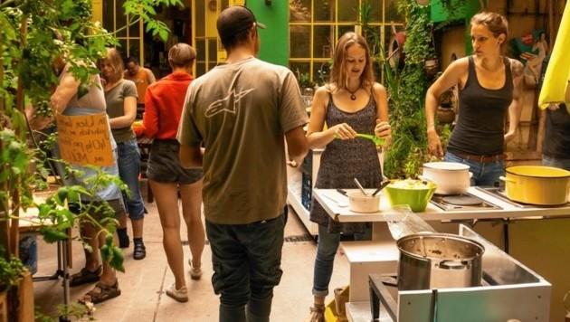 Simone (rechts) beim Kochen im Vereinszentrum (Bild: Laura Lobensommer)