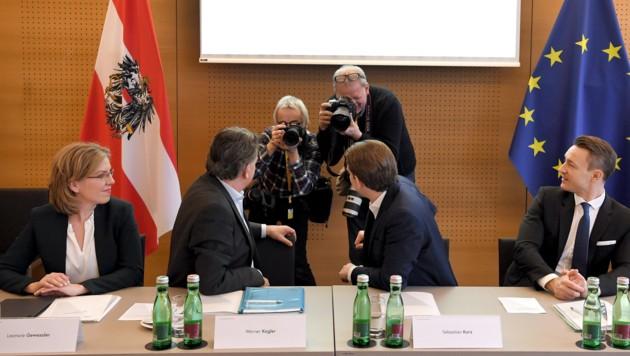 Von vorne, von hinten oder auch von der Seite: Bei der Regierungsklausur in Krems wurden sehr viele Fotos gemacht (Bild: APA/ROLAND SCHLAGER)