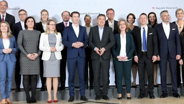 """""""Familienfoto"""" der Regierungsklausur am 30.1.2020 - damals noch ohne Abstand (Bild: APA/Roland Schlager)"""