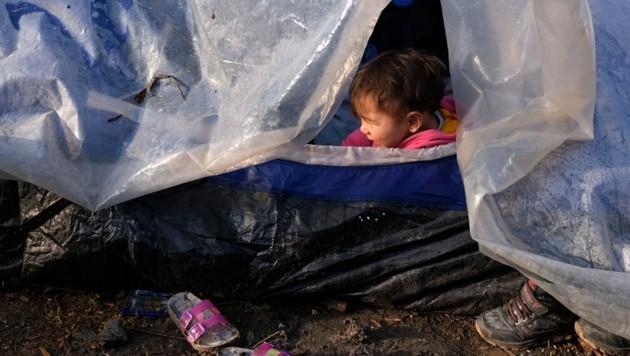 """ProAsyl prangert die """"unbeschreiblichen Zustände"""" im Flüchtlingslager auf Lesbos an. (Bild: AP)"""