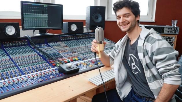"""Aaron Karl bei der Arbeit an seinem ersten Album in den """"L.Sound""""-Studios in Wien-Brigittenau - am Montag ist er als Wettermann Lukas in """"Walking on Sunshine"""" (20.15 Uhr, ORF 1) im Serieneinsatz. (Bild: zwefo)"""