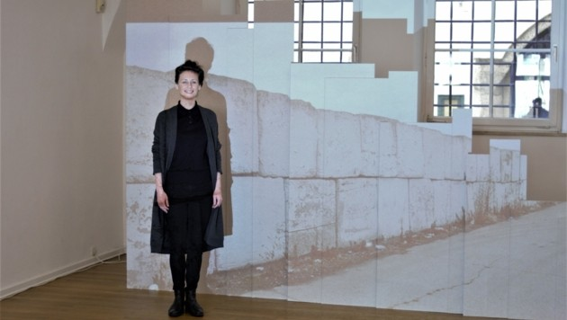 Auf der Mauer, auf der Lauer liegt ... eine andere Mauer. Sira-Zoé Schmid vor ihrem Werk (Bild: Christoph Laible)