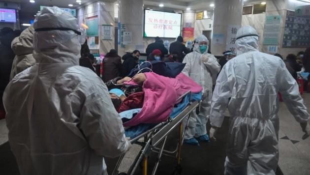 Ende Jänner: Die Krankenhäuser in Wuhan waren heillos überfordert angesichts der großen Zahl von Infizierten bzw. Verdachtsfällen. (Bild: APA/AFP/Hector Retamal)