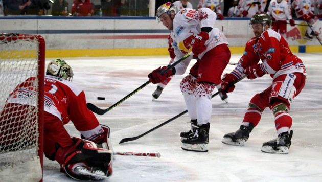 Bulle Huber (Mitte) fand gegen Goalie Irving gute Chancen vor. (Bild: Andreas Tröster)