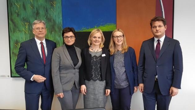 Peter Kaiser, Beate Prettner, Liebhauser, Ulrike Loch und Oliver Vitouch sind erschüttert über die damaligen Ereignisse. (Bild: Manuela Karner)