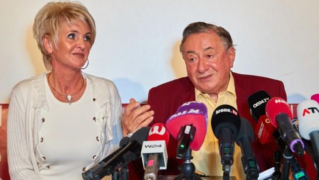 """Karin """"Zebra"""" Karrer sitzt neben Richard Lugner, während er seinen Opernballgast 2020, Lindsey Vonn, im Lugnerkino bekannt gibt. (Bild: Starpix / picturedesk.com)"""