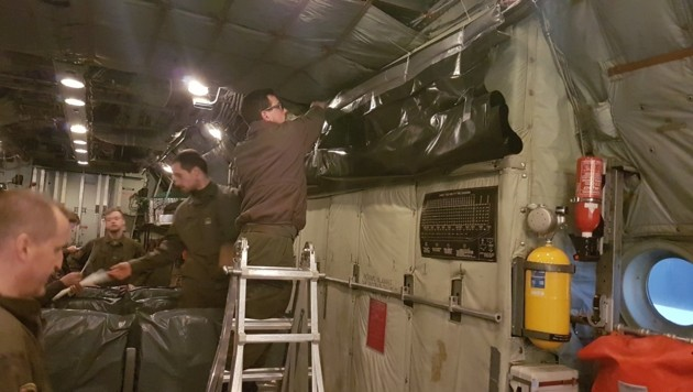 Spezialisten vom ABC-Abwehramt bereiten die Maschine vor. (Bild: Bundesheer)