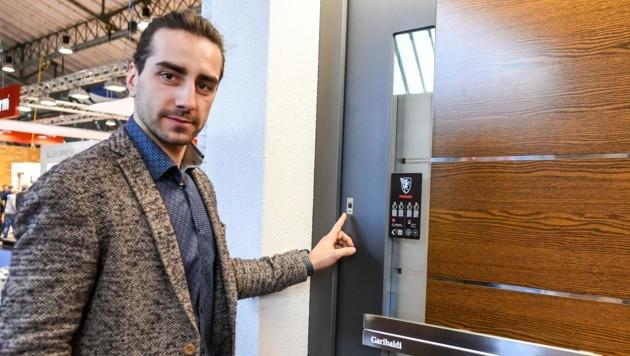 """Bei der Firma """"Pfeifer Fenster"""" werden Türen kurzerhand mit dem Fingerabdruck geöffnet. (Bild: LIEBL Daniel)"""