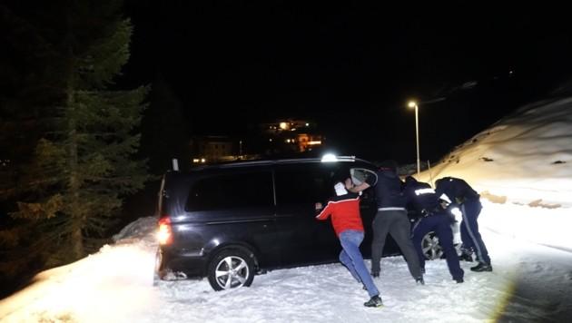 Mit Muskelkraft wurde versucht, das Flughafen-Taxi von der Langlaufloipe wieder auf die schneebedeckte Straße zu hieven. Vergeblich! Denn erst die Freiwillige Feuerwehr Gerlos konnte das Fahrzeug mit einem Hebekissen aus der misslichen Lage befreien. (Bild: ZOOM.TIROL)