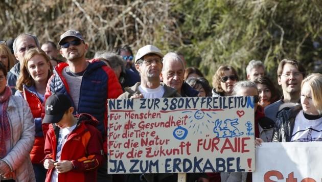 Die Demonstranten trugen lustige Plakate und ernste Mienen (Bild: Tschepp Markus)