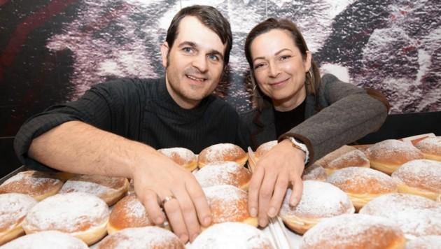 Und so sehen Sieger aus: Krisztina und Mario Heininger freuen sich total, dass sie den Krapfensieg nach Frohnleiten geholt haben. (Bild: Elmar Gubisch)