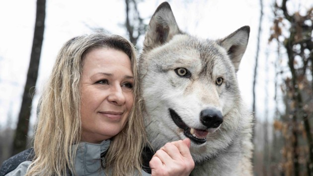"""Indira Mussner mit ihrem Ely - der Amerikanische Wolfshund ist sechs Jahre alt und ein richtiger """"Kampfschmuser"""". (Bild: Maurice Shourot)"""