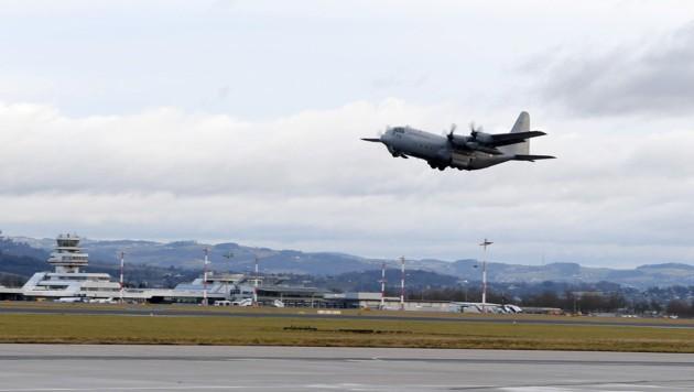 Die Hercules C-130 des Bundesheeres hebt in Linz Richtung Frankreich ab. (Bild: APA/WERNER KERSCHBAUMMAYR)