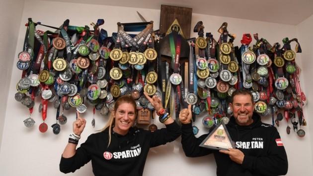 Die Medaillen- und Trophäen-Sammlung, die Sabine und Peter Lechner mittlerweile besitzen, ist einfach gigantisch. (Bild: ZOOM.TIROL)