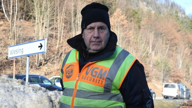 Hans auf seinem Posten an der nördlichen Ortseinfahrt von Wiesing – mit Strenge und Verständnis. (Bild: ZOOM.TIROL)