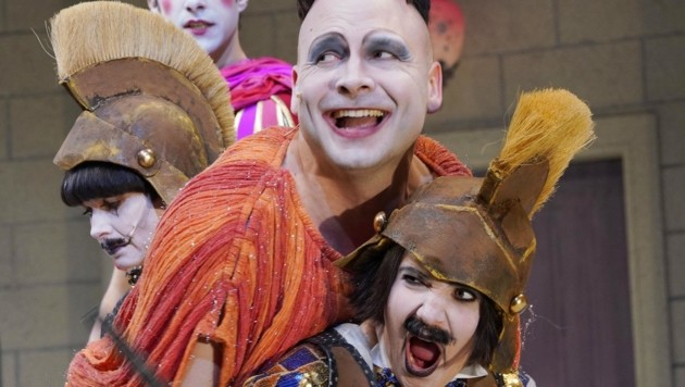 David Arnsperger (Foto Mitte li.) ist der clowneske Sklave Pseudolus. (Bild: Reinhard Winkler)