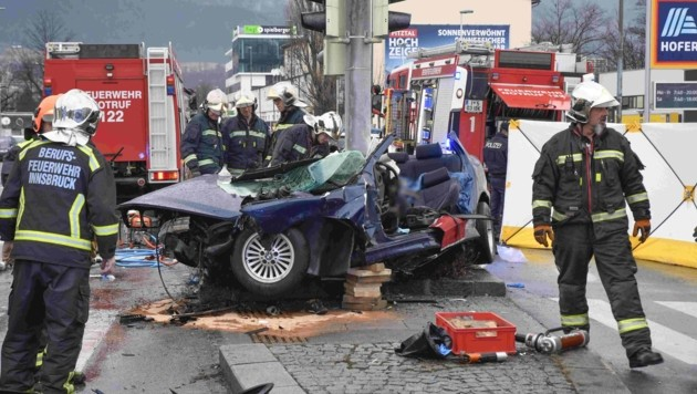 """Das Auto """"wickelte"""" sich förmlich um den Ampelmasten. (Bild: Zeitungsfoto.at/Team)"""