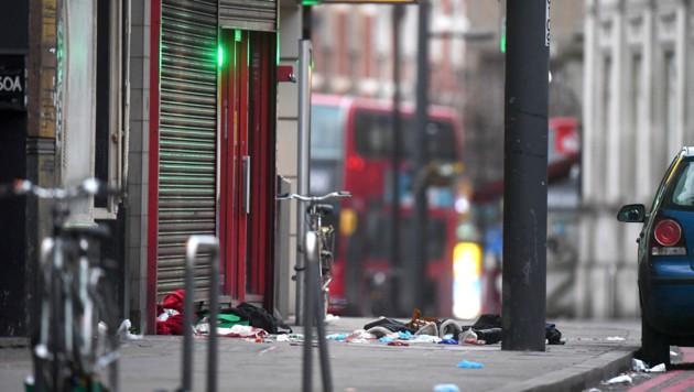 Gegenstände liegen verstreut um den Tatort der Messerattacke im Londoner Stadtteil Streatham auf dem Gehweg. (Bild: AP)