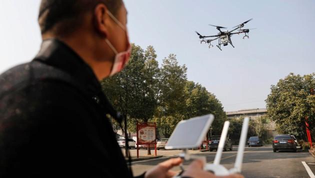 In Pingdingshan in der Provinz Henan werden Drohnen benutzt, um Desinfektionsmittel zu versprühen. (Bild: AFP)