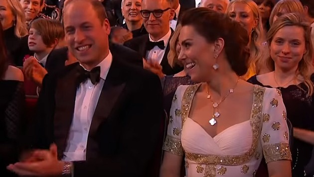 """Prinz William und Herzogin Kate konnten sich bei Brad Pitts """"Megxit""""-Schmäh ein Lachen nicht verkneifen. (Bild: youtube.com)"""