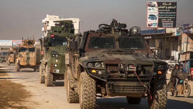 Ein türkischer Konvoi in der Provinz Idlib (Bild: APA/AFP/AAREF WATAD)