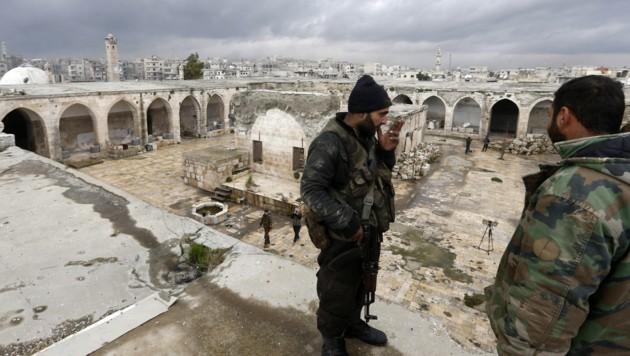 Pro-Assad-Milizen in der kürzlich zurückeroberten Stadt Maaret al-Numan (Bild: APA/AFP/LOUAI BESHARA)