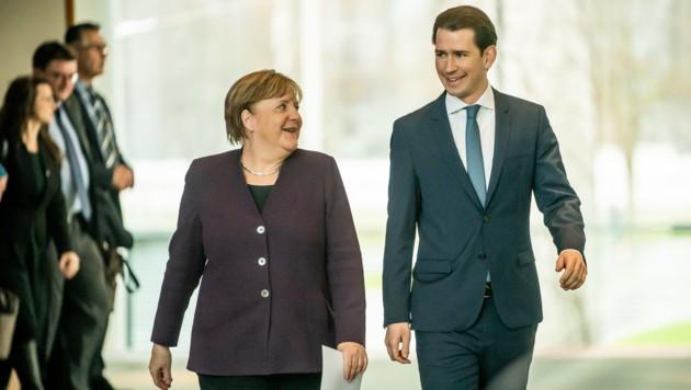 Merkel und Kurz wollen sich im Gleichschritt über den mehrjährigen EU-Finanzrahmen von 2021 bis 2027 miteinander abstimmen. (Bild: APA/dpa/Michael Kappeler)