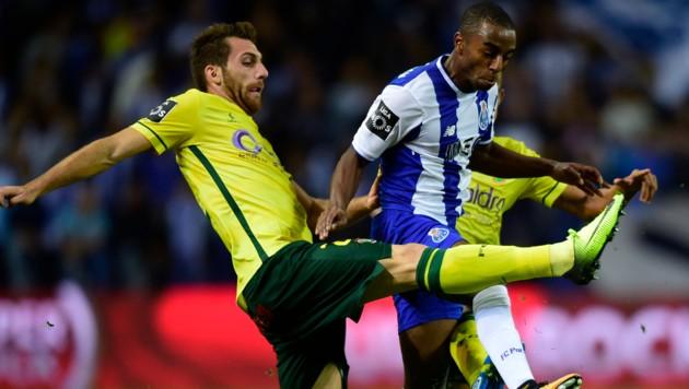 Miguel Vieira (li.) im Dress von Pacos Ferreira in einem Spiel gegen den FC Porto (Bild: AFP)