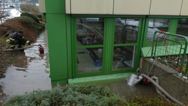 In Wörgl drang Wasser in die Räume der Berufsschule ein (Bild: ZOOM.TIROL)