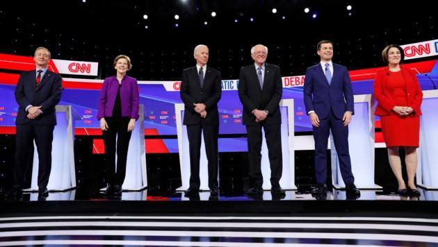 Die aussichtsreichsten Kandidaten auf die Nominierung (v.l.:) Tom Steyer, Elizabeth Warren, Joe Biden, Bernie Sanders, Pete Buttigieg und Amy Klobuchar (Bild: AP)