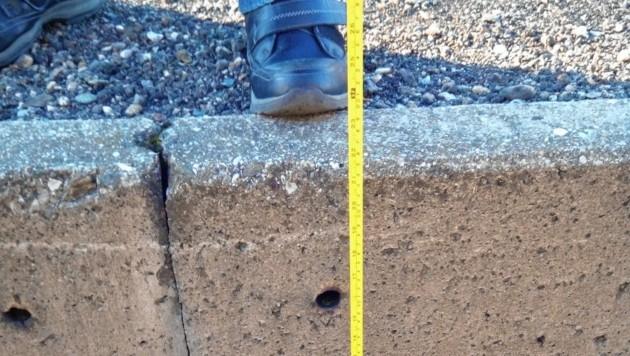 """Die Anrainer haben die Höhe des Bahnsteiges abgemessen: """"Die Mindesthöhe ist erreicht! Vom Boden bis hinauf zum Stehplatz messen wir 55 Zentimeter."""" (Bild: Hans Keuschnig)"""