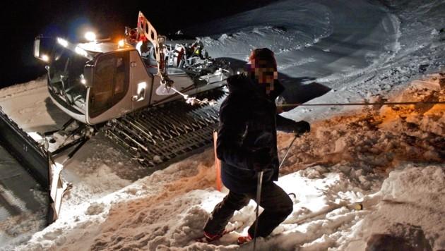 Pistengeräte werden beim Präparieren von Abfahrten in den Skigebieten - wie hier auf der Petzen - an ein dickes Stahlseil gehängt, damit sie in steilem Gelände nicht abrutschen können. (Bild: Hannes Wallner)