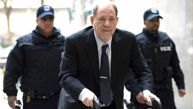 Harvey Weinstein auf dem Weg ins Gericht (Bild: AP)