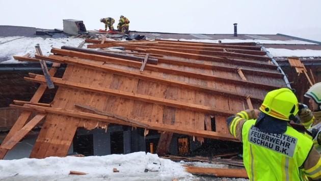 Das Hausdach eines Bergbauernhofes wurde abgedeckt. (Bild: Zoom.Tirol)