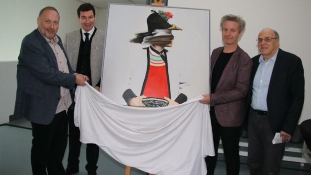 Enthüllten das Kunstwerk: Peter Assmann (Direktor Tiroler Landesmuseum), Martin Lechner, der Künstler Thomas Riess und Günther Dankl (Experte der Tiroler Kunstszene; v. li.). (Bild: HMC Hammann)
