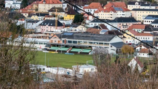 Der Fußballplatz in Kremsmünster ist nicht mehr zeitgemäß, die Suche nach einem neuen Standort gestaltet sich schwierig. (Bild: Haijes Jack)
