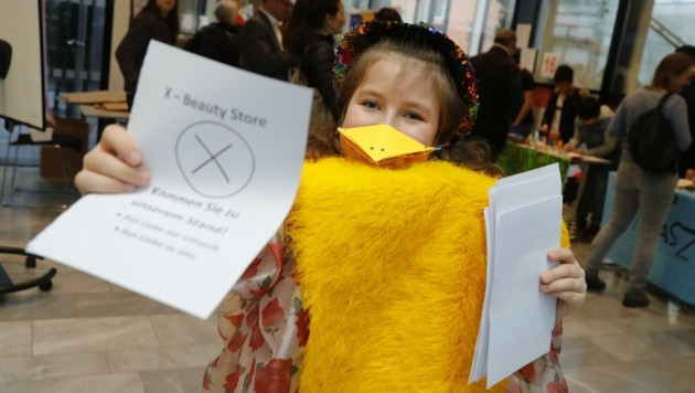 Azita verteilt fleißig Flyer. (Bild: Birbaumer Christof)