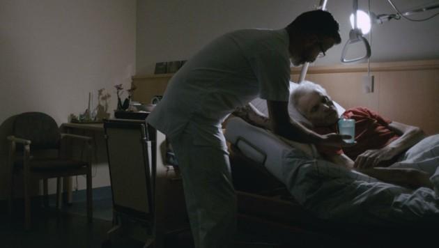 Robert Mellitzer bei seinem Nachtdienst im Hospiz (Bild: Wetscher)