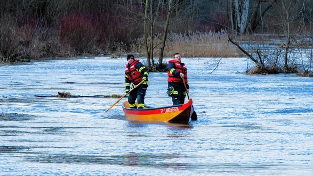 Die Freiwillige Feuerwehr Langenstein bei der Suche nach dem Baggerfahrer (Bild: fotokerschi.at/Kerschbaummayr Werner)