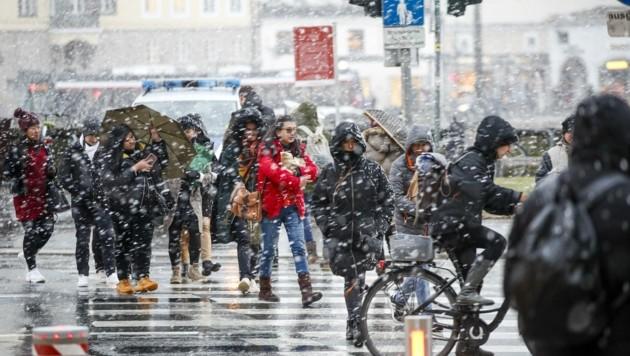 In der Stadt waren vor allem Regenschirme gefragt. (Bild: Tschepp Markus)