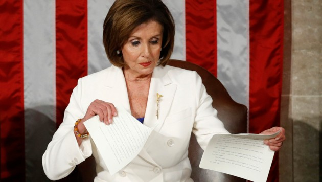 """Demokraten-Führerin Nancy Pelosi meinte nach dem medienwirksamen Zerreißen des Manuskripts: """"Das war noch das Höflichste, was ich tun konnte."""" (Bild: AP)"""