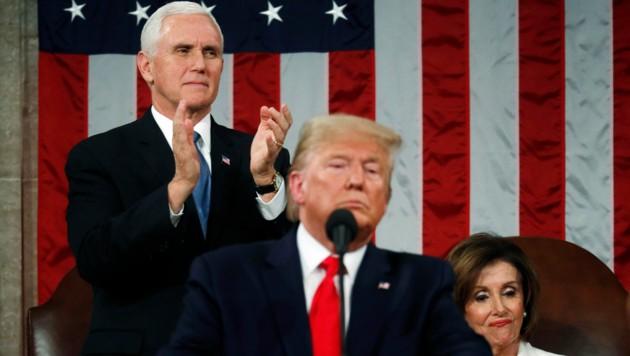 Während Vizepräsident Mike Pence im Hintergrund applaudiert, verzieht Pelosi lediglich das Gesicht. (Bild: APA/AFP/GETTY IMAGES/POOL)