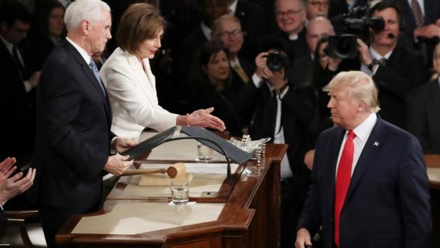 Ignoriert oder einfach übersehen? Kein Handshake zwischen Pelosi und Trump (Bild: APA/AFP/GETTY IMAGES/Drew Angerer)
