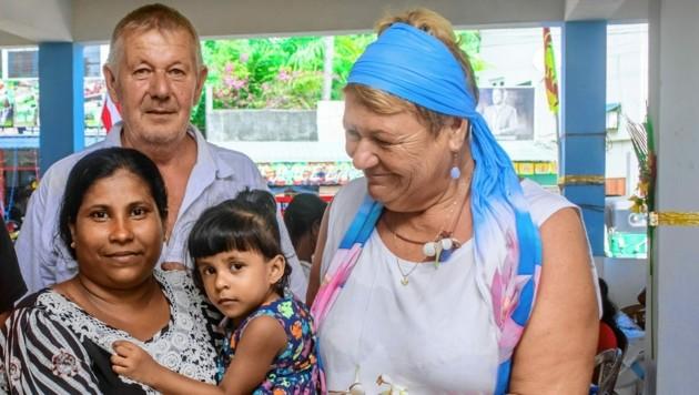 Die kleine Thiwanki mit ihrer Mutter und Familie Wengler (Bild: Lichtblick Zukunft)