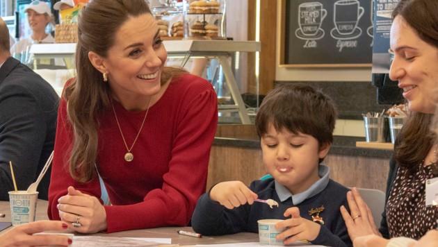 Herzogin Kate plauderte mit den Kindern und ihren Eltern im Eisgeschäft. (Bild: AFP)