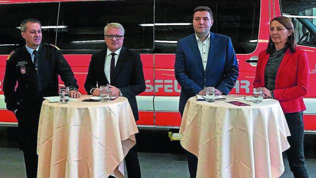 Branddirektor Puchner, Stadtchef Luger, Sicherheitsstadtrat Raml und Personaldirektorin Schmidsberger. (v.l.) (Bild: SYSTEM)